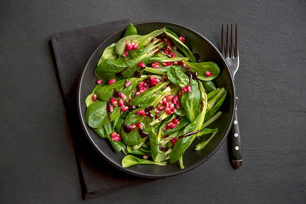 lamb's lettuce and pomegranate seeds in bowl:スマホ壁紙(壁紙.com)