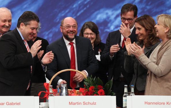 Congratulating「Social Democrats (SPD) Hold Federal Congress」:写真・画像(5)[壁紙.com]