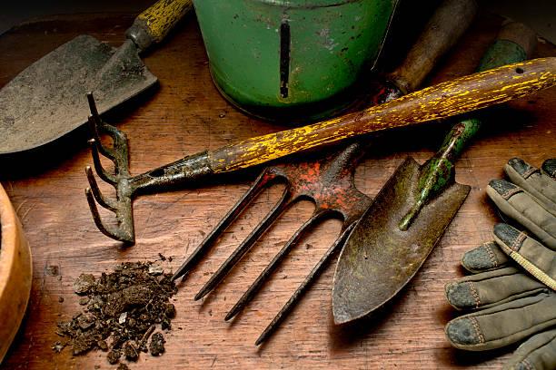 Garden tools on wood:スマホ壁紙(壁紙.com)