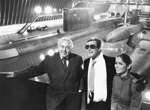 Film Set「Harold Wilson, Roger Moore And Barbara Bach」:写真・画像(16)[壁紙.com]