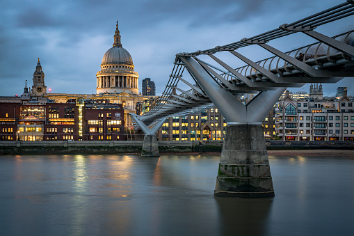Unrecognizable Person「Millenium Bridge leading to St Paul's Cathedral at twilight and blurred commuters walking-stock image」:スマホ壁紙(3)