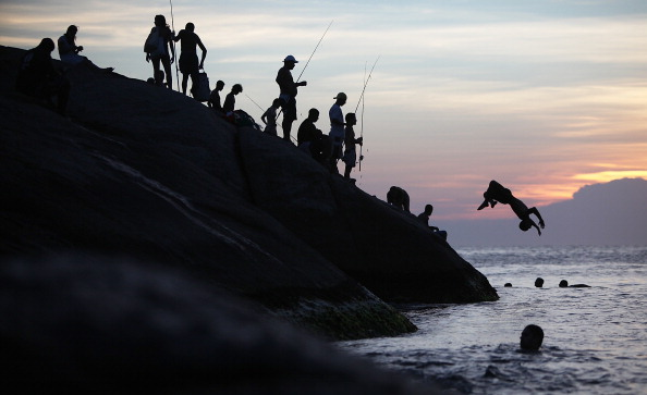Dusk「Residents Crowd Beaches During Rio De Janeiro Heat Wave」:写真・画像(4)[壁紙.com]
