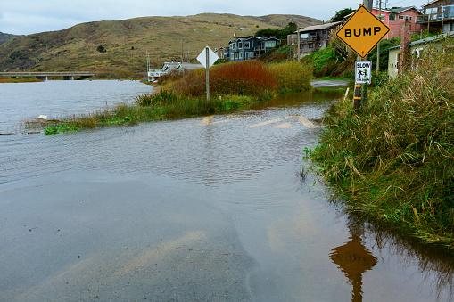 Threats「Traffic sign on flooded road」:スマホ壁紙(6)
