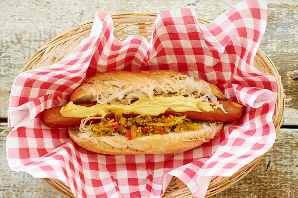 Vegan hot dog with sauerkraut and relish on napkin in basket:スマホ壁紙(壁紙.com)