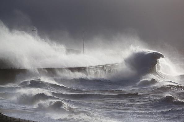 波「Strong Winds And Heavy Rain Hit  England and Wales」:写真・画像(17)[壁紙.com]