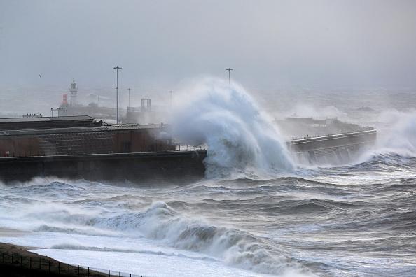 波「Strong Winds And Heavy Rain Hit  England and Wales」:写真・画像(16)[壁紙.com]