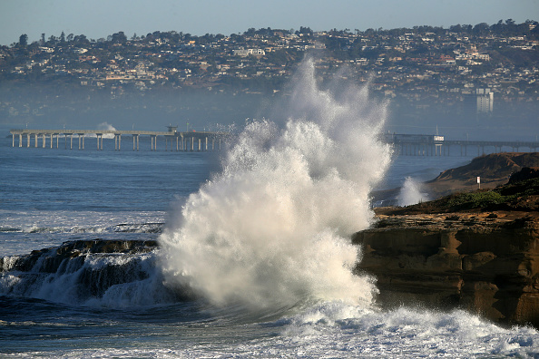 San Diego「Large Surf Hits Southern California Coast」:写真・画像(16)[壁紙.com]