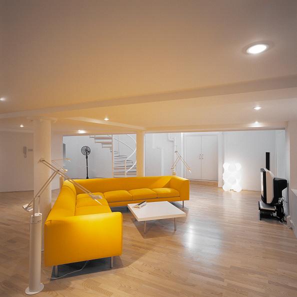 Hardwood Floor「Lounge area of modern open plan split-level apartment in converted public house. Old Kent Road, London, United Kingdom」:写真・画像(9)[壁紙.com]
