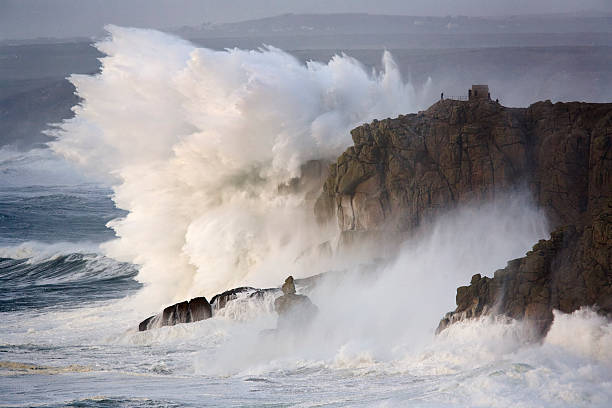 Winter storms hit the rocky coastline with monumental force at Land's End in Cornwall.:スマホ壁紙(壁紙.com)