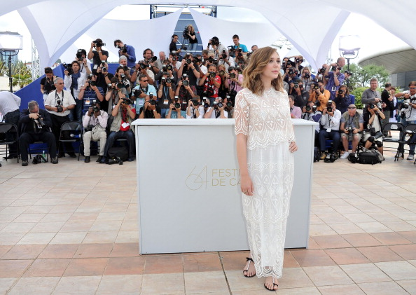 "T-strap Shoe「""Martha Marcy May Marlene"" Photocall - 64th Annual Cannes Film Festival」:写真・画像(7)[壁紙.com]"