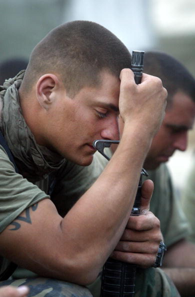 Chris Hondros「Church Service For U.S. Marines Held In Field」:写真・画像(15)[壁紙.com]