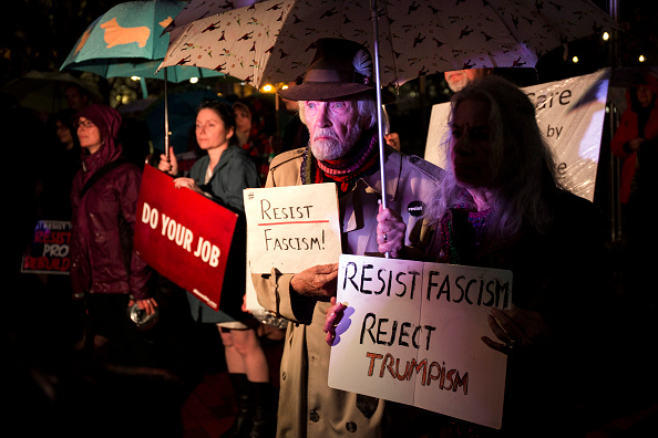 Joint Session of Congress「Protestors Rally Outside White House Ahead Of Trump Address To Congress」:写真・画像(1)[壁紙.com]