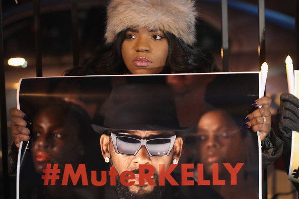 Singer「Protestors Rally In Support Of Sex Abuse Survivors At R Kelly's Chicago Studios」:写真・画像(4)[壁紙.com]
