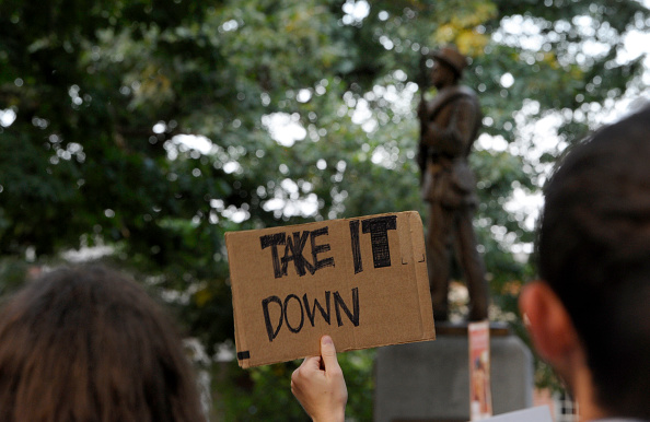 "Statue「Rally Protesting UNC's Confederate Era Monument ""Silent Sam"" Held On Campus」:写真・画像(0)[壁紙.com]"