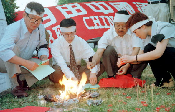 Money to Burn「Demonstrators Light Up Candles And Burn Paper Money During A Candlelight Vigil Outside The Chinese E」:写真・画像(17)[壁紙.com]