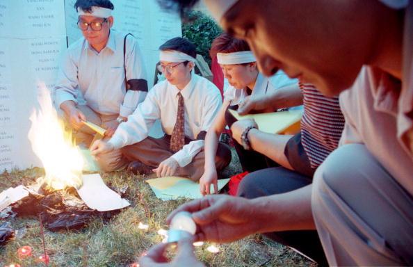 Money to Burn「Demonstrators Light Up Candles And Burn Paper Money」:写真・画像(18)[壁紙.com]