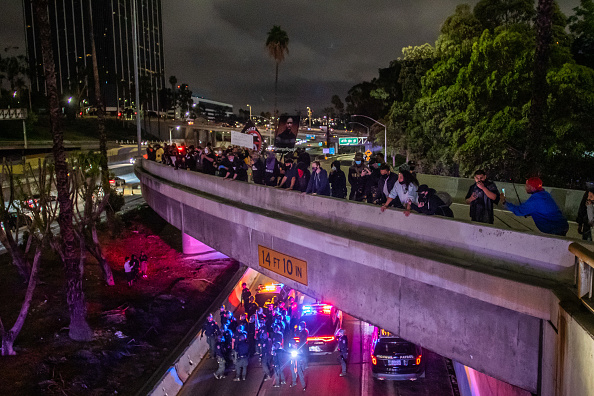 Protestor「Protestors Gather At L.A. City Hall In Aftermath Of Death Of George Floyd」:写真・画像(11)[壁紙.com]
