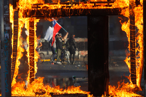Santiago - Chile「Protests Continue In Chile After President Piñera Declared State of Emergency And Suspended Subway Fare Hike」:写真・画像(13)[壁紙.com]