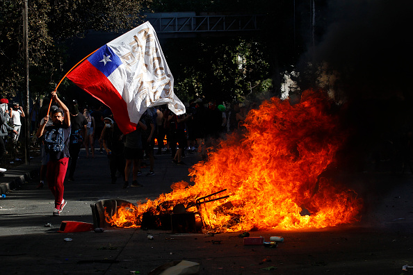 Santiago - Chile「Protests Continue In Chile After President Piñera Declared State of Emergency And Suspended Subway Fare Hike」:写真・画像(6)[壁紙.com]