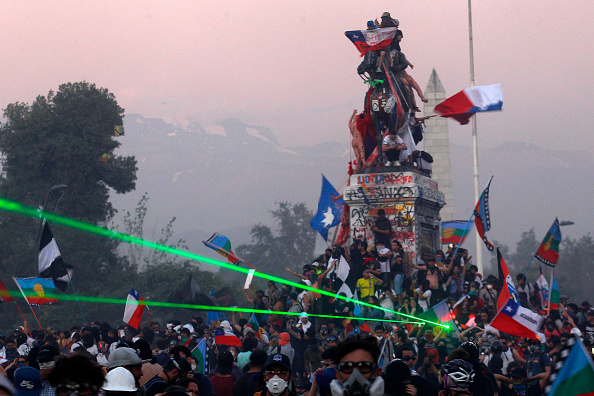 Santiago - Chile「Protests Force Referendum To Reform Pinochet-Era Constitution」:写真・画像(1)[壁紙.com]