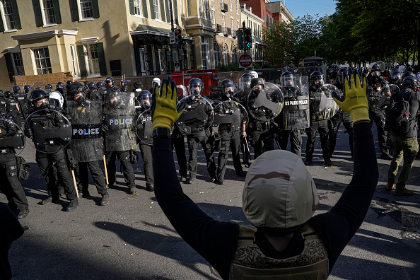 Minnesota「Protesters Demonstrate In D.C. Against Death Of George Floyd By Police Officer In Minneapolis」:写真・画像(6)[壁紙.com]