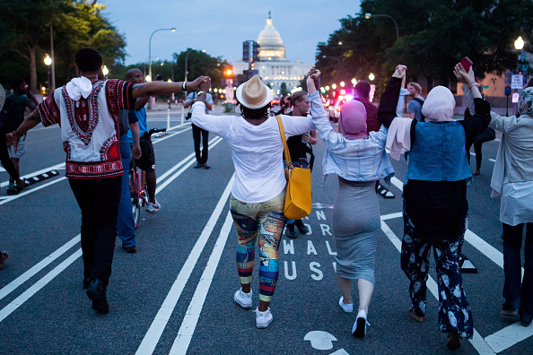 Holding Hands「Activists At The White House Protest Shooting Deaths Of Two Black Men By Police」:写真・画像(16)[壁紙.com]