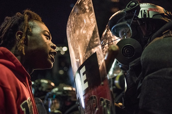 Staring「Protests Break Out In Charlotte After Police Shooting」:写真・画像(2)[壁紙.com]