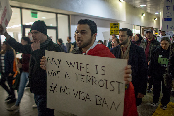 LAX Airport「Demonstration Against Trump's Immigration Ban Takes Place After Ruling Was Overturned By State Dept.」:写真・画像(18)[壁紙.com]