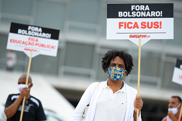 Andressa Anholete「Protesters Against Bolsonaro Stand in Front of Palacio do Planalto Amidst the Coronavirus (COVID - 19) Pandemic」:写真・画像(9)[壁紙.com]