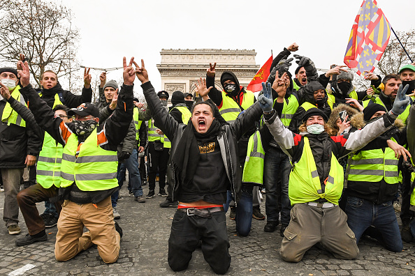 Kneeling「'Yellow Vests' Return to Paris Streets」:写真・画像(11)[壁紙.com]