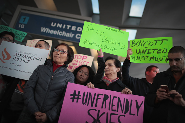 オヘア国際空港「Protest At O'Hare Airport's United Terminal Over Company's Forceful Removal Of Passenger」:写真・画像(10)[壁紙.com]