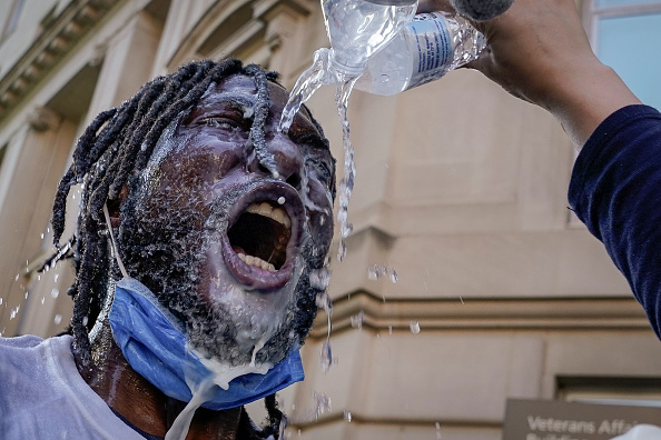 Spray「Protesters Demonstrate In D.C. Against Death Of George Floyd By Police Officer In Minneapolis」:写真・画像(2)[壁紙.com]
