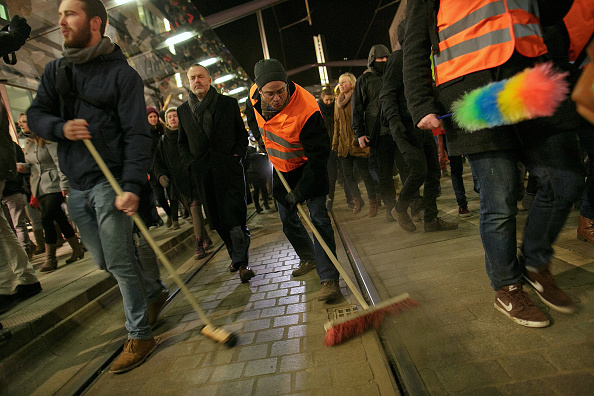 Sweeping「Pegida Marchers Commemorate Paris Terror Victims」:写真・画像(0)[壁紙.com]
