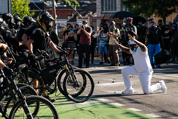 Kneeling「Seattle Protests Continue As Reports Suggest Federal Agents May Be Sent In Response」:写真・画像(8)[壁紙.com]