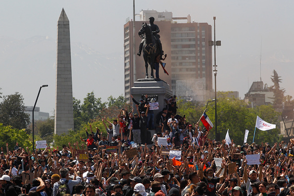 Chile「Protests Continue In Chile After President Piñera Declared State of Emergency And Suspended Subway Fare Hike」:写真・画像(15)[壁紙.com]