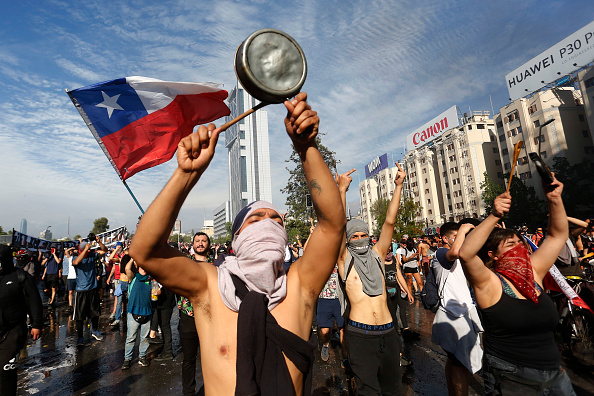 Protest「Protests Continue In Chile After President Piñera Declared State of Emergency And Suspended Subway Fare Hike」:写真・画像(9)[壁紙.com]