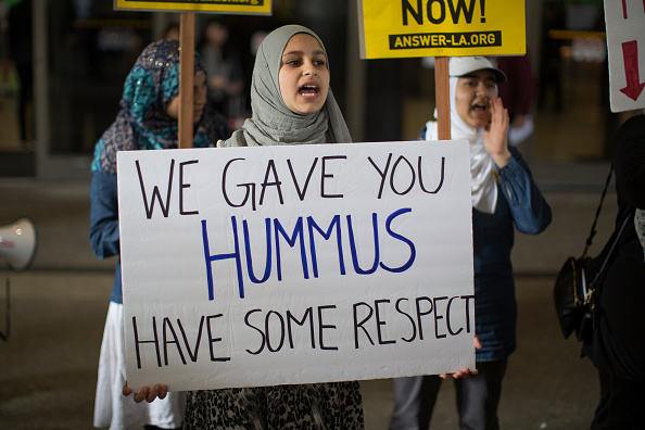LAX Airport「Demonstration Against Trump's Immigration Ban Takes Place After Ruling Was Overturned By State Dept.」:写真・画像(17)[壁紙.com]