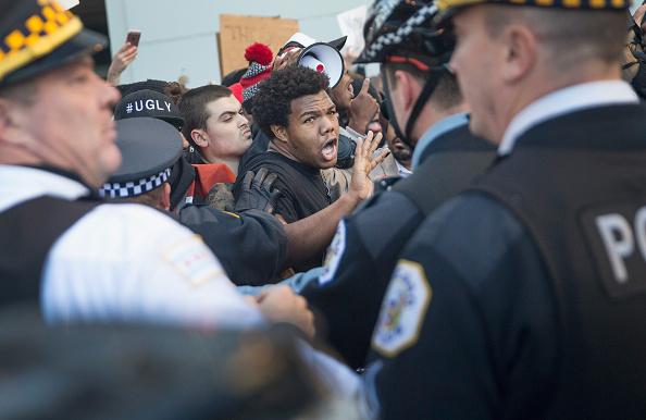 対決「Protesters In Chicago Take To The Streets To Demand Resignation Of Mayor」:写真・画像(6)[壁紙.com]
