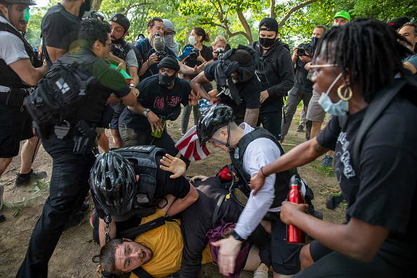 Confrontation「Protesters Demonstrate In D.C. Against Death Of George Floyd By Police Officer In Minneapolis」:写真・画像(17)[壁紙.com]