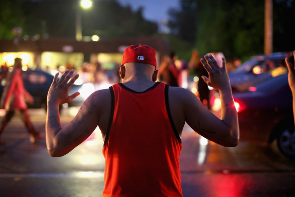 Arms Raised「Outrage In Missouri Town After Police Shooting Of 18-Yr-Old Man」:写真・画像(5)[壁紙.com]