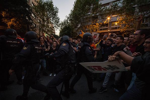 対決「Spanish Police Storm Catalan Government Buildings」:写真・画像(6)[壁紙.com]