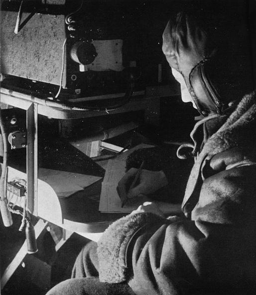 Communication「RAF Coastal Command radio operator on board his aircraft」:写真・画像(10)[壁紙.com]