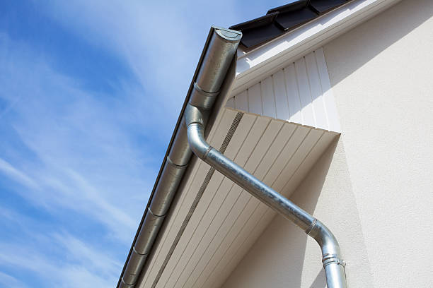 Architectural close-up of a metal rain gutter with downspout:スマホ壁紙(壁紙.com)