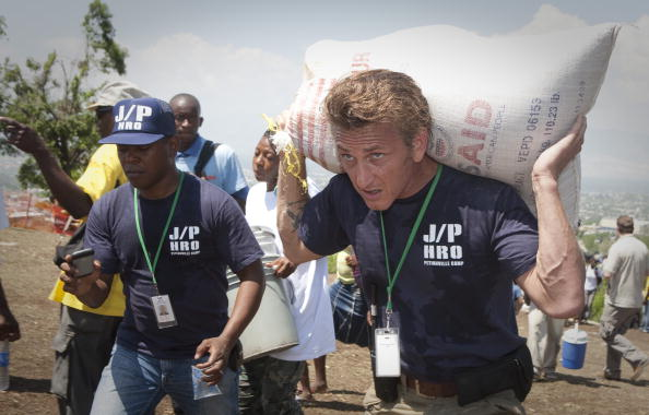 Sean Penn「UN Begins Removing Haitians From Makeshift Camps Ahead Of Rainy Season」:写真・画像(15)[壁紙.com]
