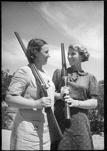 Max Penson「Girls With Rifles」:写真・画像(10)[壁紙.com]