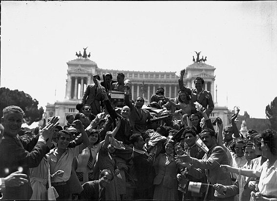 Freedom「Liberation of Rome, Allied troops welcomed by the population in Piazza Venezia 1944」:写真・画像(5)[壁紙.com]