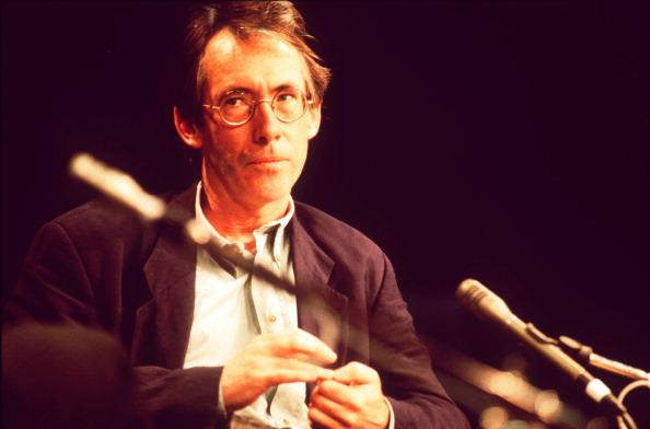 Michael Putland「Ian McEwan」:写真・画像(11)[壁紙.com]