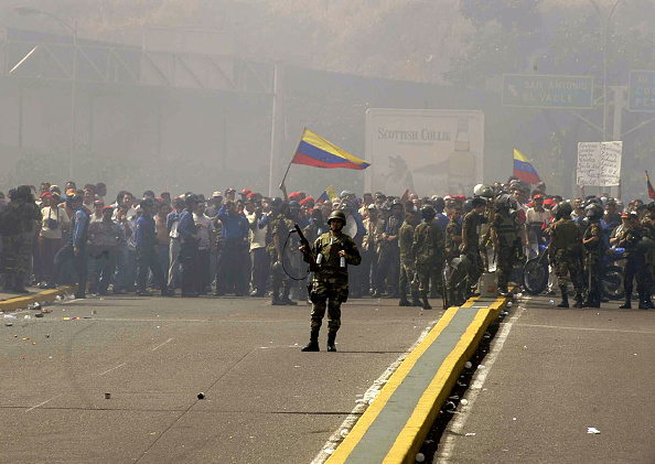 Problems「Venezuelan Soldier Tries To Control Rioters In Venezuela」:写真・画像(19)[壁紙.com]