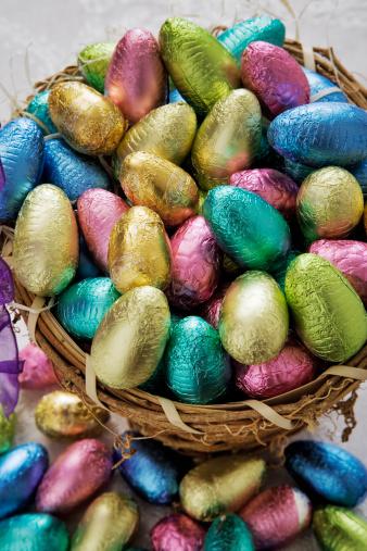イースター「Basket of chocolate easter eggs, close-up」:スマホ壁紙(6)