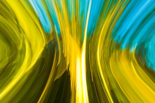 バイタリティ「Sunlit forest edge, abstract blurred motion」:スマホ壁紙(9)